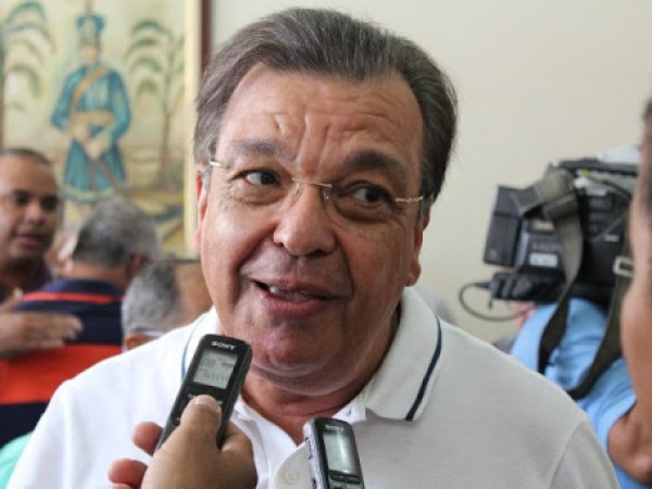 Curado da covid, Targino Machado volta às redes sociais com a caneta e a língua ainda mais afiadas