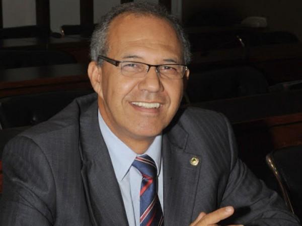 Carlos Geílson dá espetada em Rui Costa sobre mudança de nomes de escolas estaduais