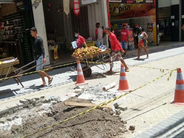 Vendedores ambulantes voltam a ocupar a rua Sales Barbosa