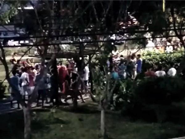Irresponsabilidade: festa em conjunto habitacional de Feira reúne centenas de pessoas